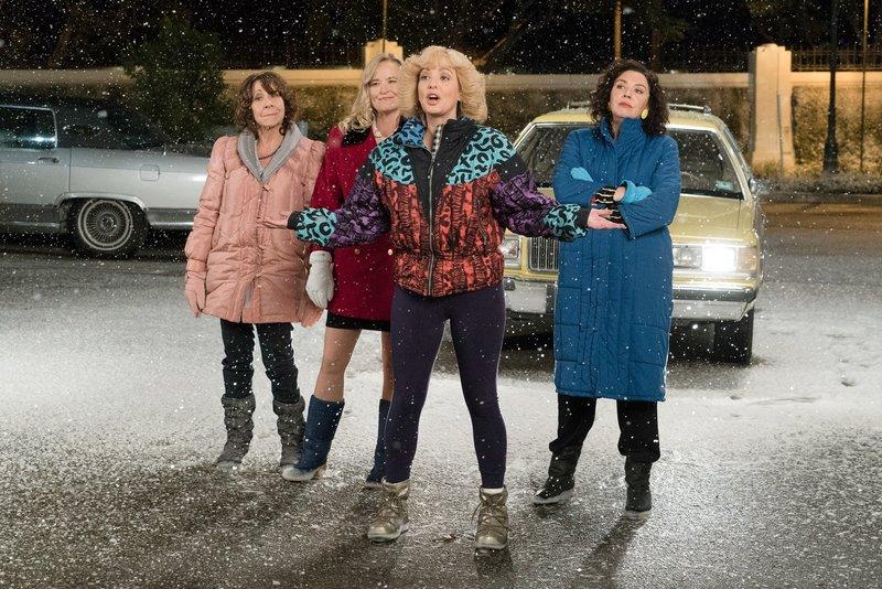 """""""Die Goldbergs"""", """"Freundinnen."""" Beverlys Lieblingsserie ist 'Golden Girls'. Auch sie träumt davon, ihren Lebensabend in einer Wohngemeinschaft mit ihren Freundinnen zu verbringen. Allerdings müssen diese Freundinnen erst gefunden werden. Also begibt sich Beverly kurzerhand auf die Suche. Und Geoff ist enttäuscht, dass Erica so überhaupt keine romantische Seite an sich hat.Im Bild (v.li.): Mindy Sterling (Linda Schwartz), Jennifer Irwin (Virginia Kremp), Wendi McLendon-Covey (Beverly Goldberg), Stephanie Courtney (Essie Karp). – Bild: ORF eins"""