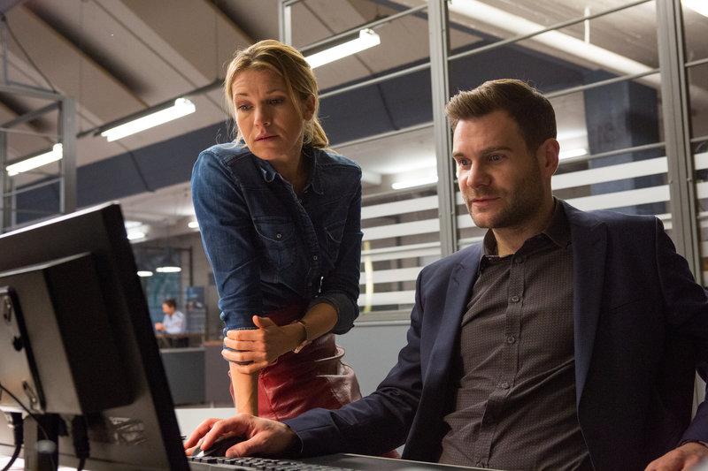 Kommissar Jonas Fischer (Lukas Piloty) und seine Kollegin Vanessa Haas (Kerstin Landsmann) verfolgen eine heiße Spur, die sie in die Vergangenheit des Mordopfers bringt. – Bild: ZDF und Michael Böhme