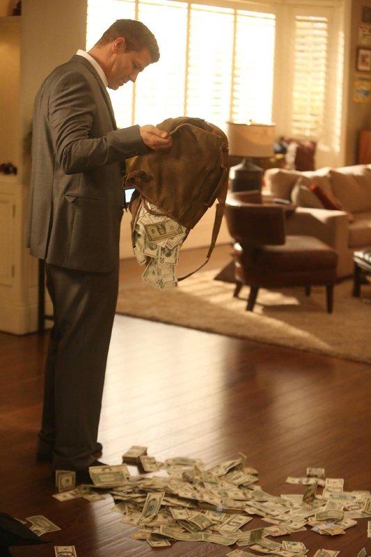 Booth (David Boreanaz) entdeckt in einer Tasche von Brennans Vater Max eine große Menge Bargeld - handelt es sich um Schwarzgeld? – Bild: TVNOW / FOX