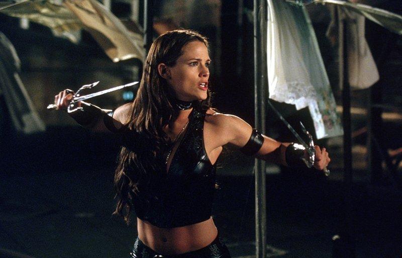 Nicht ahnend, dass des sich bei Daredevil um ihren Liebhaber Matt handelt, lässt Elektra (Jennifer Garner) nichts unversucht, um Daredevil für den Tod ihres Vaters zu bestrafen... – Bild: ZDF