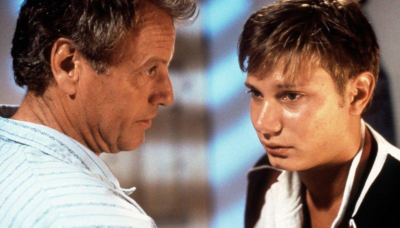Thomas (Gerhart Lippert, l.) unterhält sich eindringlich mit seinem Patensohn Edi (Fabian Harloff). – Bild: rbb/Kineos