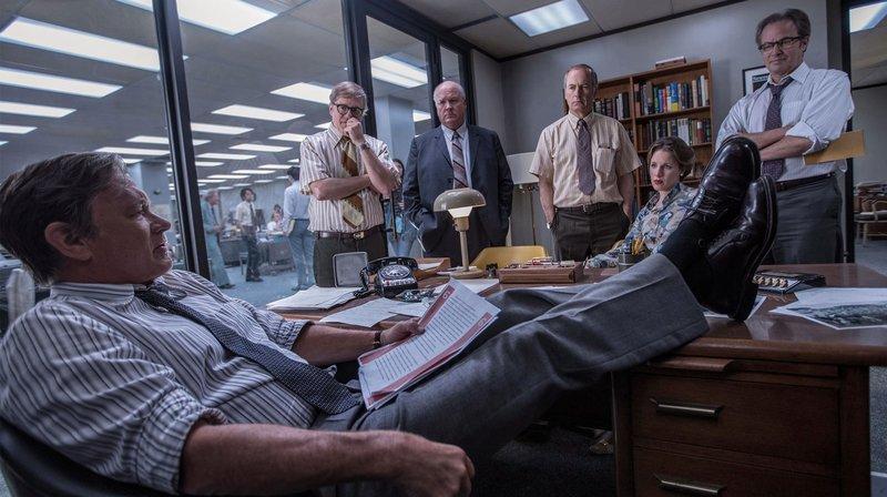 Journalistischer Sprengstoff: Chefredakteur Ben Bradlee (Tom Hanks, li.) und seine Redakteure haben die Pentagon Papers in der Hand. ARD Degeto/ – Bild: ARD Degeto/© NBC Universal