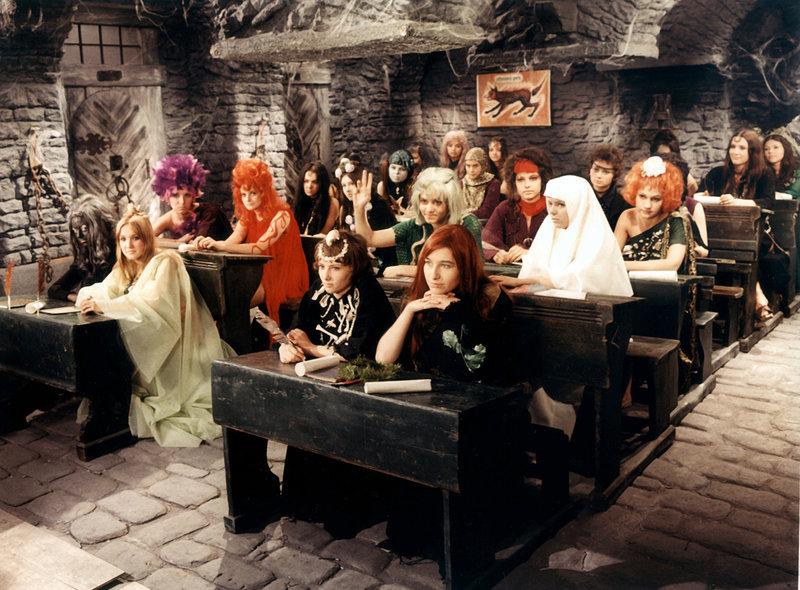 Auch in der Hexenschule ist Mogeln nicht erlaubt. Wer nicht lernt, muss 300 Jahre nachsitzen. – Bild: WDR