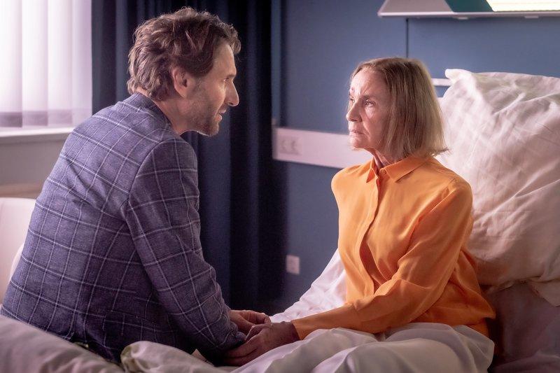 René (Falk-Willy Wild) macht sich Sorgen um Helene (Gudrun Gundelach), die einen Autounfall hatte und sich an nichts mehr erinnern kann. – Bild: ZDF und Boris Laewen (bola).