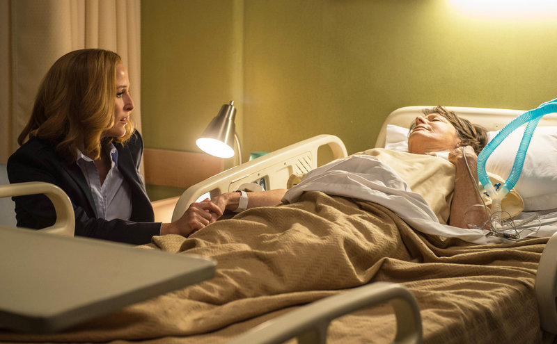 Scully (Gillian Anderson, l.) hat nicht nur mit dem nahenden Tod ihrer Mutter Margaret (Sheila Larken, r.) zu kämpfen ... – Bild: 2016 Fox and its related entities. All rights reserved. Lizenzbild frei