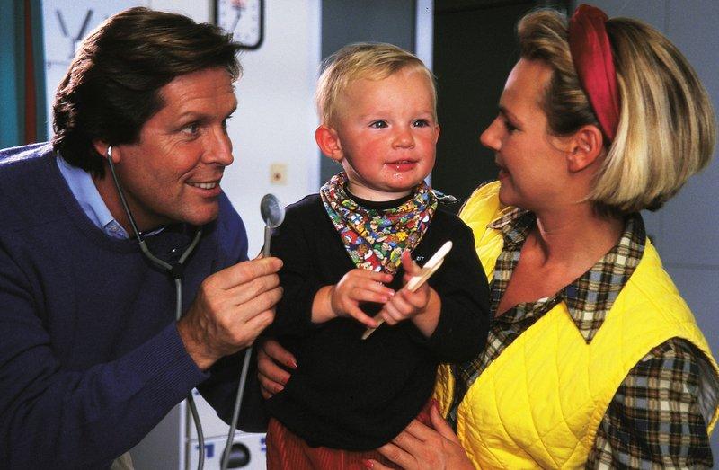 Fast wie eine richtige Familie: Dr. Stefan Frank (Sigmar Solbach), Tierärztin Susanne Berger (Daniela Strietzel) und ihr Sohn Marc (Maximilian Zilz). – Bild: RTLplus