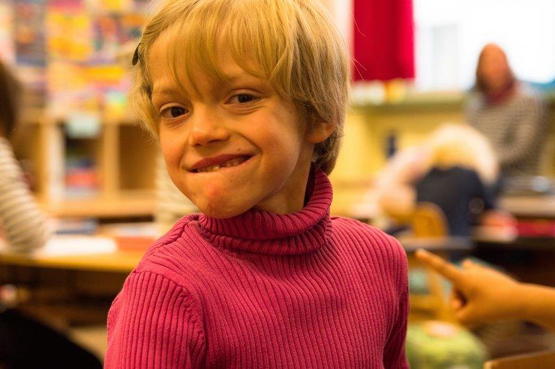 Das große Wagnis beginnt: Frühchen Jette besucht mit Unterstützung einer Schulbegleiterin eine ganz normale Grundschule. Bislang kann sie alle Aufgaben bewältigen. – Bild: ZDF und Florian Stege./Florian Stege