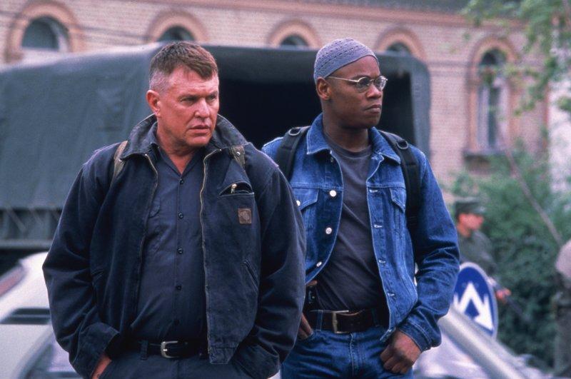 Sergeant Thomas Beckett (Tom Berenger) und sein neuer Teampartner B.J. Cole (Bokeem Woodbine) machen sich auf den Weg zu einer tödlichen Mission im Kosovo. – Bild: TV Puls