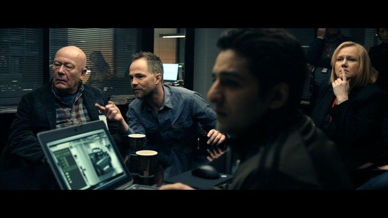 CAST: Nils Ole Oftebro as Frank Mathiesen, Jon Øigarden as Peter Verås, Laila Goody as Gunn Høgh. – Bild: NRK 2015