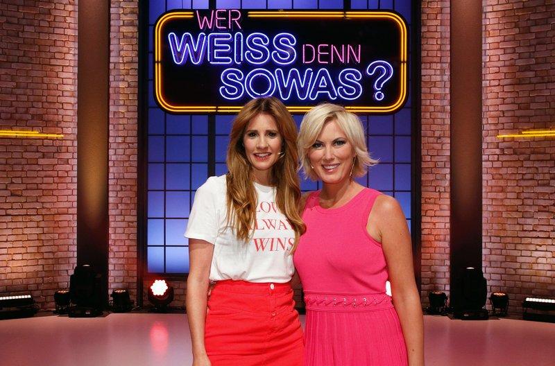 """Zu Gast bei """"Wer weiß denn sowas?"""": Die beiden TV-Moderatorinnen (ARD Brisant) Mareile Höppner (l.) und Kamilla Senjo (r.). – Bild: ARD/Morris Mac Matzen"""