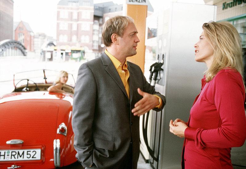 Hartmut Popp (Uwe Ochsenknecht) trifft seine Ex-Frau Sabine (Barbara Rudnik, re.) während im Auto seine neue Freundin (Eva O'Brian) wartet. – Bild: ARD Degeto