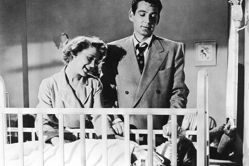 Der neurotische Mörder (Gene Barry) gibt den braven Familienvater, mit Frau (Marcia Henderson) und Kind. – Bild: ZDF / © 1954 Universal City Studios, Inc. Copyright Renewed. All Rights Reserved