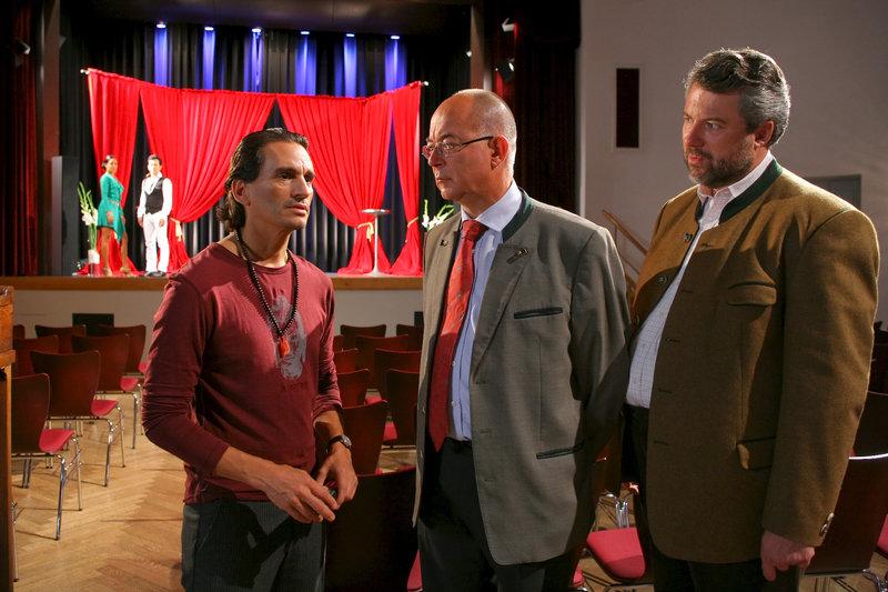 Polizeidirektor Gert Achtziger (Alexander Duda, m.) und Kommissar Stadler (Dieter Fischer, r.) befragen Tanzlehrer Nicolas Gonzales (Cuco Wallraff, l.). – Bild: ZDF