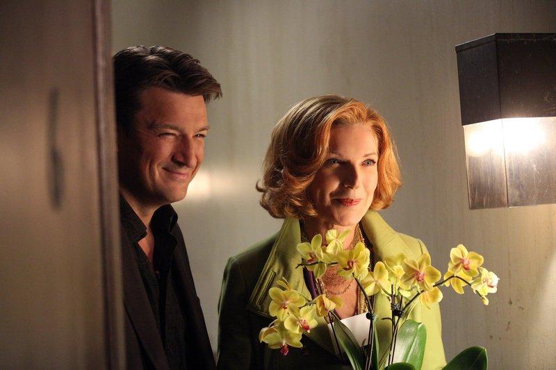 Richard (Nathan Fillion, l.) und seine Mutter (Susan Sullivan, r.) besuchen Alexis in ihrer neuen Wohnung. Der Abend droht in einer Katastrophe zu enden ... – Bild: ABC Studios Lizenzbild frei