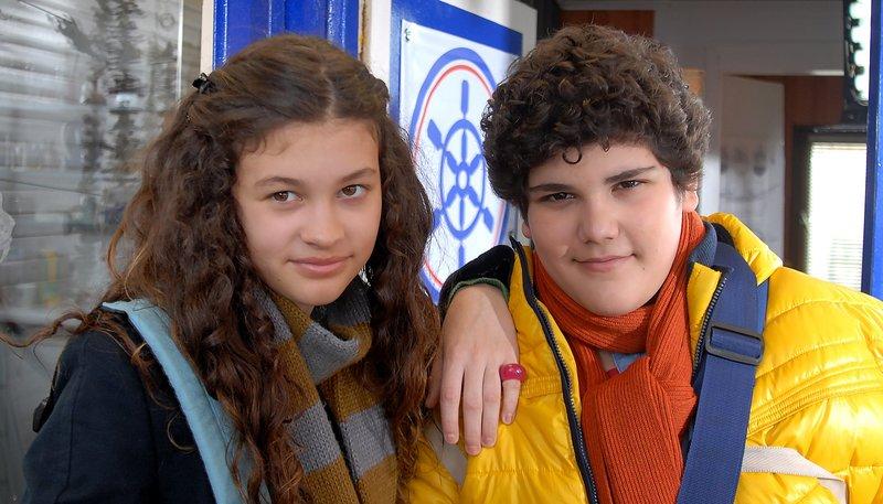 Die Zwillinge Ceyda (Merle de Villiers) und Anton (Danilo Kamber) sind zwar höchst unterschiedlich, aber ein Herz und eine Seele. – Bild: NDR/Romano Ruhnau