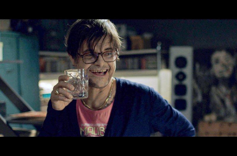 Larry (Lars Rudolph) lebt im gleichen Heim wie Sven und feiert gerne. Auch ermutigt er die anderen zum Trinken und bringt Sven damit in Gefahr. – Bild: ZDF / © ZDF/Judith Kaufmann/Juna Film