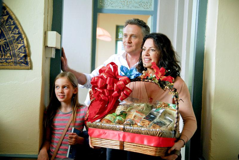 Bei ihrer Ankunft in Bangkok werden Sabine (Christine Neubauer, re.), Christof (Bernhard Schir) und ihre Tochter Emma (Hanna Heile) von ihren Nachbarn mit Geschenken Überrascht. – Bild: WDR