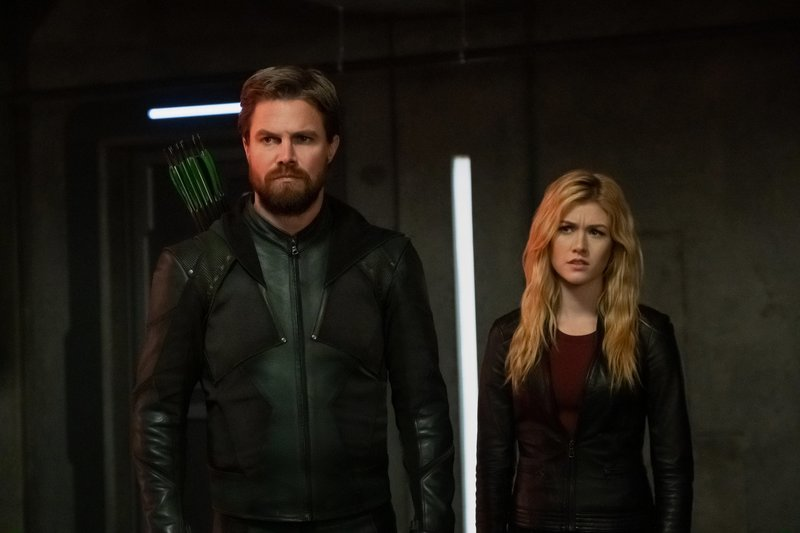 Oliver Queen alias Green Arrow (Stephen Amell, l.); Mia (Katherine McNamara, r.) – Bild: 2019 The CW Network, LLC. All Rights Reserved. / Katie Yu Lizenzbild frei