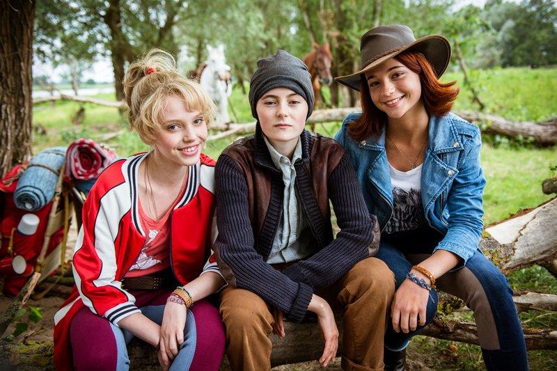 Bibi (Lina Larissa Strahl, l.) und Tina (Lisa-Marie Koroll, r.) beschützen ein Mädchen auf der Flucht (M. Lea van Acken). – Bild: ZDF/Andreas Schlieter