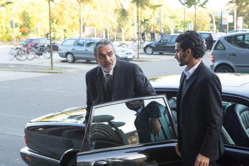 Im Visier: Dr. Faisal Abdullah (Homayoun Ershadi) und sein Sohn Jamal (Mehdi Dehbi). – Bild: ORF