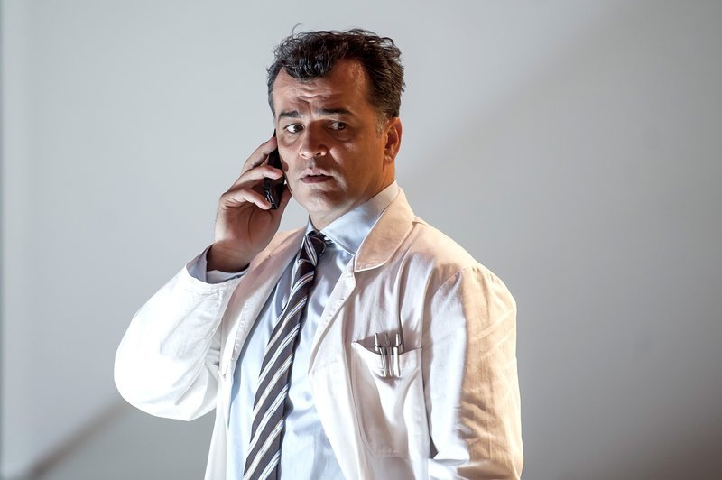 Michael Masula (Dr. Viktor Kuschnigg). – Bild: SRF zwei