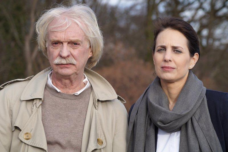 Katinka Keckeis und Axel Petermann rollen alte Kriminalfälle wieder auf. – Bild: ZDF und Ralf Gemmecke