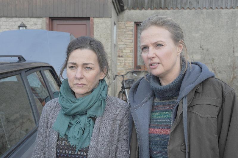 Teresa (Katharina Böhm) und Sabine (Steffi Kühnert) beobachten Sabines Ehemann, der Teresas brachliegendes Feld umpflügt. Teresa will die nachbarliche Hilfe nicht. – Bild: ZDF und Hans-Joachim Pfeiffer