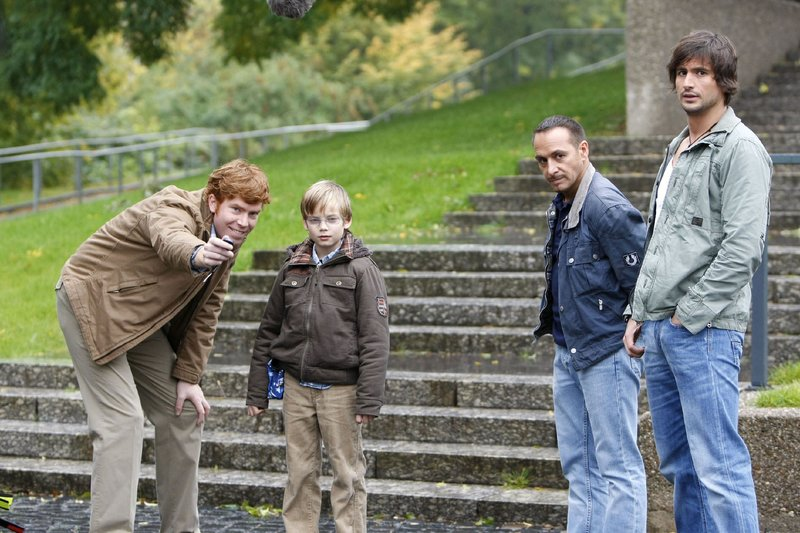Ben (Tom Beck, r.) und Semir (Erdogan Atalay, 2.v.r.) sind froh, dass Hartmut (Niels Kurvin, l.) es geschafft hat, das Vertrauen des autistischen Felix (Mateo Wansing Lorrio) zu gewinnen. – Bild: RTL Nitro