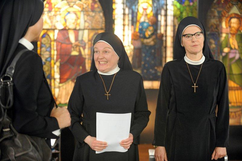 Schwester Julia soll Schwester Hildegard unter die Arme greifen. Schwester Hildegard ist genervt. Schwester Hanna will mit der Mutter Oberin sprechen (v.li.: Janina Hartwig, Dagmar Sachse, Andrea Sihler). – Bild: One