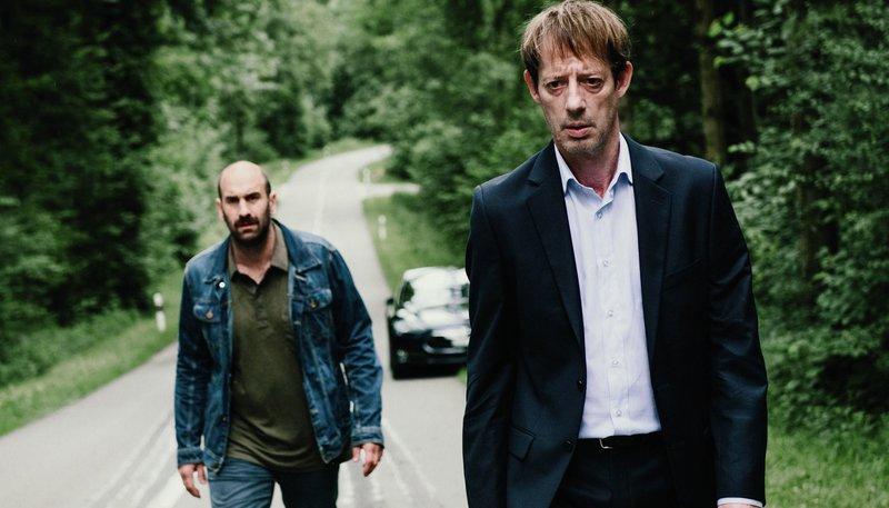 Traumatisierte Väter: Laurent Fleury (Luc Feit, vorne rechts) zwingt den Lastwagenfahrer Fritz Loosli (Urs Jucker) den Unfallort zu besuchen. – Bild: ARD Degeto/SRF/Daniel Winkler