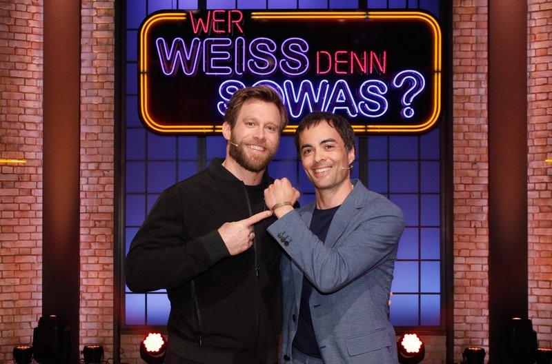"""Treten als Kandidaten bei """"Wer weiß denn sowas?"""" gegeneinander an: Die beiden Schauspieler Ken Duken (2.v.l.) und Nikolai Kinski (2.v.r.). – Bild: ARD/Morris Mac Matzen"""