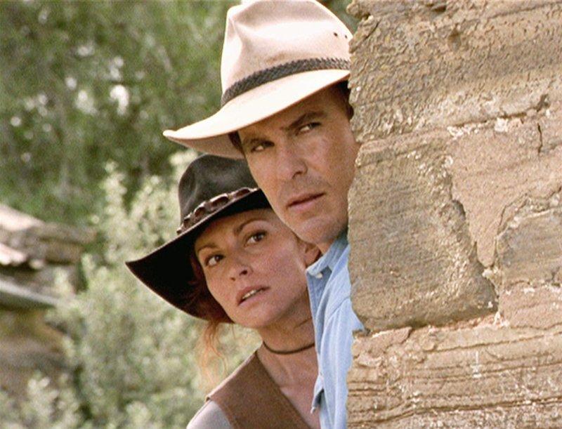 Alex (Aaron Jeffery) und Stevie (Simmone Mackinnon) heften sich an die Fersen der Viehdiebe. Die Verwendung des sendungsbezogenen Materials ist nur mit dem Hinweis und Verlinkung auf TVNOW gestattet. – Bild: TVNOW