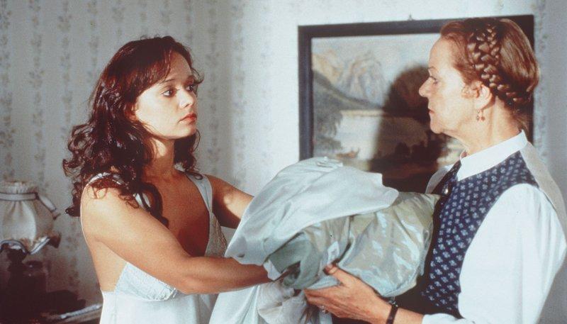 Mercedes (Iris Junik, li.) behandelt Franzi (Enzi Fuchs) wie eine Hotelangestellte. – Bild: rbb/Kineos