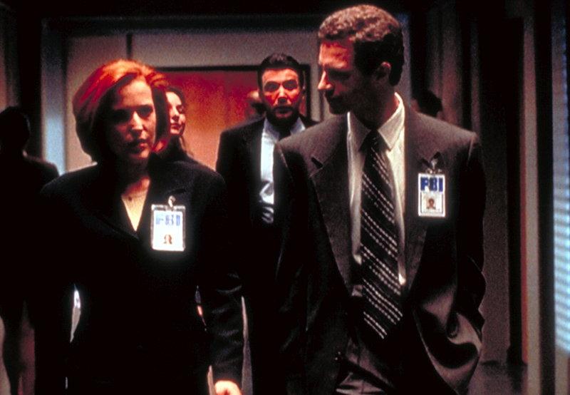 Der junge FBI-Agent Jeffrey Spender (Chris Owens, r.) bittet Dana Scully (Gillian Anderson, l.) darum, seine Mutter, die bereits mehrfach von Außerirdischen entführt wurde, in Ruhe zu lassen. – Bild: ProSieben MAXX