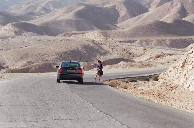 Jara (Netta Garti) beim Trampen. – Bild: BR/X-Verleih