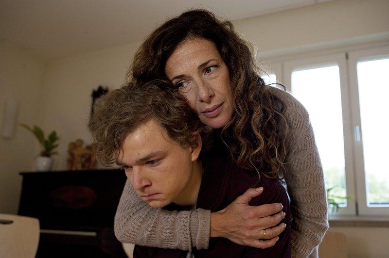 Für Maja (Clelia Sarto) ist Ivo (Karl Alexander Seidel) wie ihr eigener Sohn. Sie möchte doch nur das Beste für ihn. – Bild: ZDF und Oliver Feist