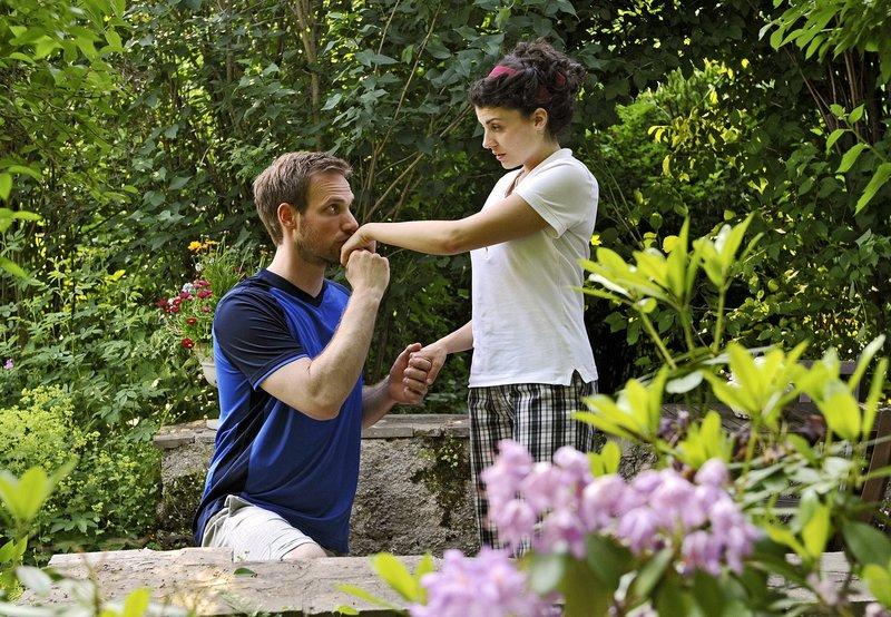 Leonard (Christian Feist, l.) macht der völlig überrumpelten Pauline (Liza Tzschirner, r.) einen Heiratsantrag. – Bild: ARD/Ann Paur