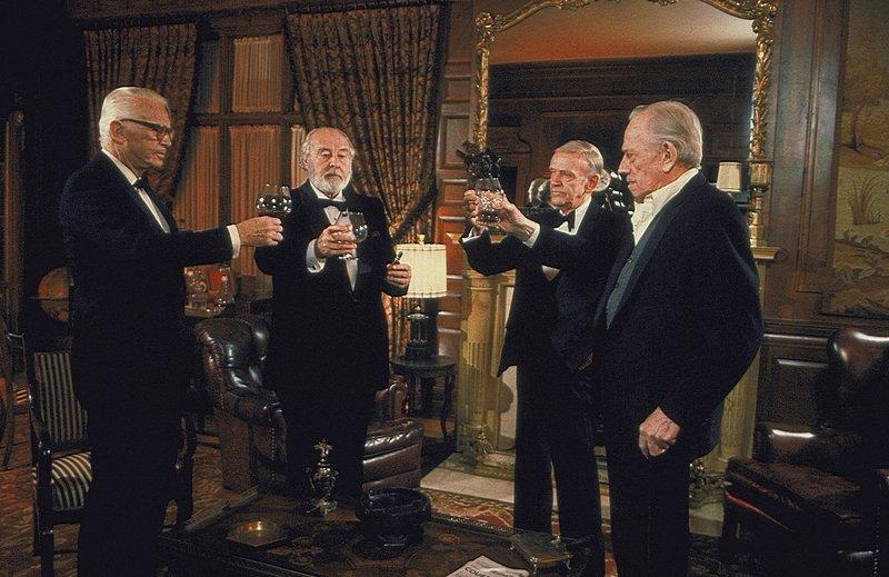 """Die """"Chowder Society"""" (v.l.n.r.: Douglas Fairbanks, John Houseman, Fred Astaire, Melvyn Douglas)verbindet mehr als nur die Leidenschaft für Gänsehaut-Literatur: Ein düsteres Geheimnis verfolgt sie seit Jahrzehnten ... – Bild: 1981 Universal City Studios, Inc. All Rights Reserved. Lizenzbild frei"""