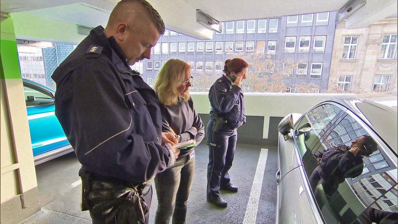 Notruf aus einem Parkhaus: In einer verschlossenen Limousine befindet sich ein Baby. Aber wo sin die Eltern? – Bild: RTL II