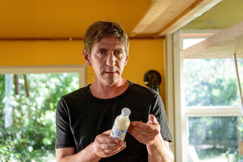 Fritz Fuchs (Guido Hammesfahr) hat eine Allergie und kennt aber den Auslöser nicht. Ist es vielleicht die Sojamilch? Fritz begibt sich auf die Suche und wird am Ende fündig. – Bild: ZDF/Antje Dittmann