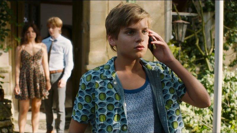 Der zwölfjährige Kos (Julian Ras) muss plötzlich mit seinen Schwestern die Leitung des Familienhotels ĂĽbernehmen.– Bild: MDR/Kaap Holland Film