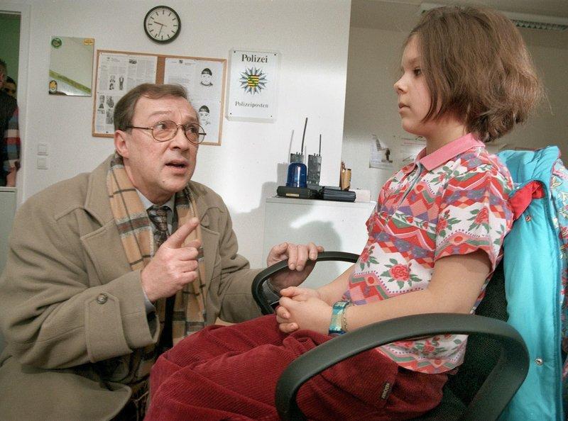 Schmücke (Jaecki Schwarz) redet mit Anja Arnold (Anna Bräutigam) über den Notruf. – Bild: MDR/Laue