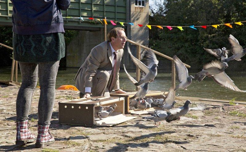 Die Taubenzucht ist Pauls (Bjarna Mädel) einzige Leidenschaft. Angesichts seines bevorstehenden Todes versucht er seine Tochter Sonja (Amber Bongard) für Tauben zu interessieren, die so faszinierend immer wieder nach Hause zurückkehren. – Bild: SWR/Volker Roloff
