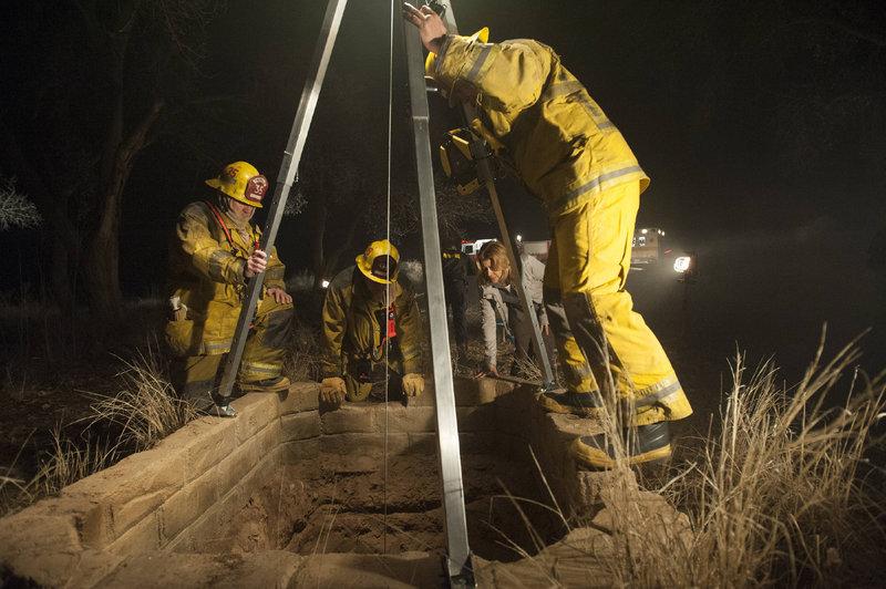 Das Rettungsteam muss schnell handeln: Ein Junge ist in einem Brunnen gefallen. Seine Wirbelsäule ist in Mitleidenschaft geraten und er spürt seine Beine nicht mehr. – Bild: MG RTL D / Sony Television Inc.