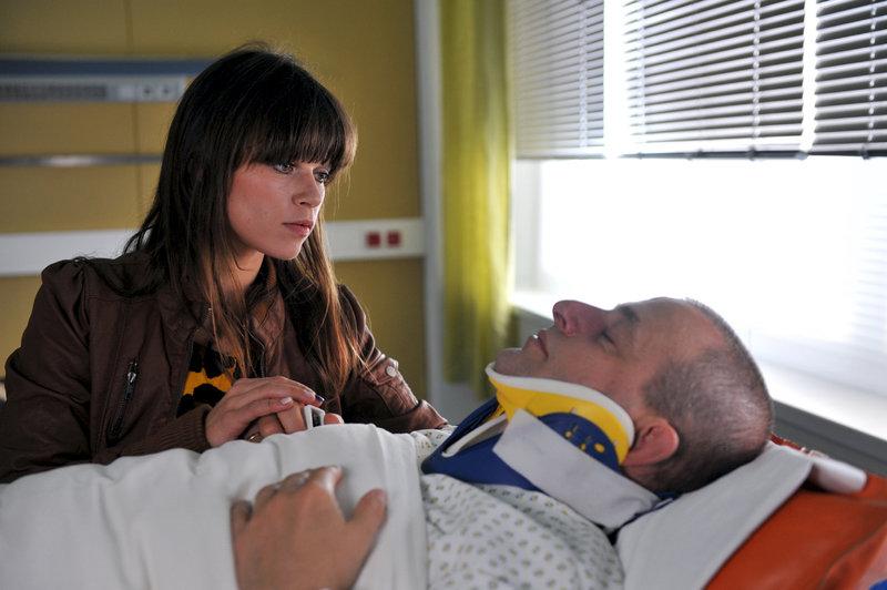 """Lilly (Lore Richter, l.), die Sprecherin der """"Wilden 13"""", erkundigt sich nach dem verletzten Jupp (Dominique Horwitz, r.). – Bild: ZDF und Boris Laewen"""