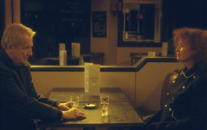 """rbb Fernsehen VORSICHT SEHNSUCHT, """"Les Herbes Folles"""", am Mittwoch (10.06.15) um 22:45 Uhr. Georges (André Dussollier) trifft sich mit der Pilotin Marguerite (Sabine Azéma). – Bild: ARD Degeto"""