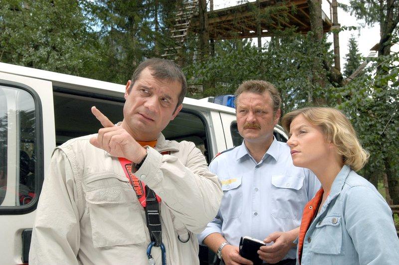 """""""Soko Kitzbühel"""", """"Wahre Feindschaft."""" Der Chef und das Team der Kölner Werbeagentur """"T+T"""" sind zu einem Survival-Wochenende, das die gemeinsame Bewältigung von Konflikten und Schwierigkeiten fördern soll, nach Tirol gekommen. Organisiert und durchgeführt wird dieses Training von Alfred König und seiner """"New-Mountain-Adventures""""-Firma. Mit dabei sind Georg Taller, der Boss von """"T+T"""", der Mitinhaber und Artdirector Jo Treml, die Kontrollerin Monika Frisch, der Buchhalter Darius Moratti, Junior-Kreativberaterin Barbara Kreppler und der Unternehmensberater Oliver Haim. Nach einem Mordversuch an Monika Frisch soll Andreas undercover ermitteln.Im Bild (v.li.): Joachim Nimtz (Oliver Haim), Ferry Öllinger (Kroisleitner), Kristina Sprenger (Karin Kofler). – Bild: ORF III"""