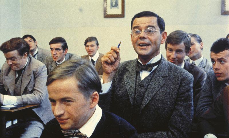 Bei einer trinkfreudigen Runde mit seinen alten Freunden hat der gut situierte Schriftsteller Dr. Hans Pfeiffer (Walter Giller, 3.v.r.) beschlossen, noch einmal die Schulbank zu drücken ... – Bild: KIRCH MEDIA GMBH & CO. KG AA