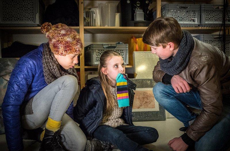 Lisha und Johannes befreien Alice. – Bild: NDR/Boris Laewen