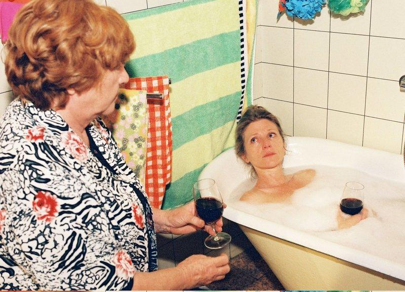 Lüthi und Blanc Bitterer Abschied Staffel 5, Episode 11 Stossen mit Rotwein auf die Zukunft an: Renate Steiger als Lilian Lüthi, Esther Gemsch als Lisbeth Rohner – Bild: SRF/Eric Bachmann